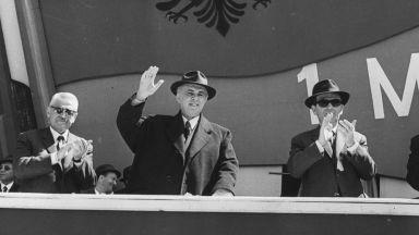 """""""Добър вечер, Енвер Ходжа"""": Когато Албания беше страната с един телевизор"""
