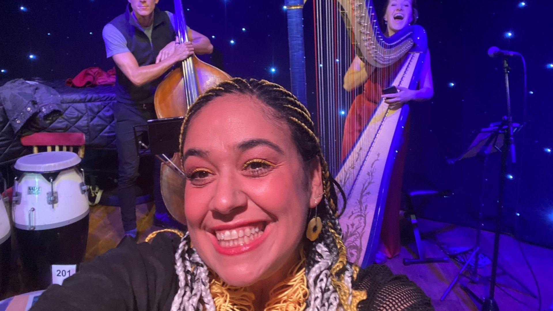 Лили Йончева кара, пее и се усмихва