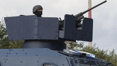 Шокови бомби, газ, прострелян сърбин и ранени полицаи при сблъсъци в Косово (снимки)