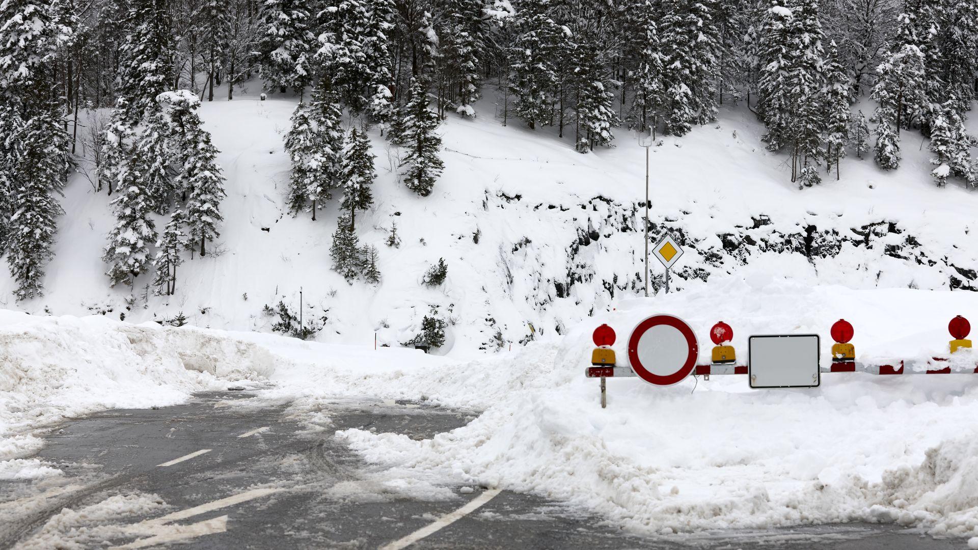 Сняг затвори временно Троянския проход за камиони над 12 тона