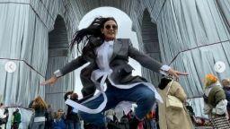 Деми Мур във възторг от опакованата Триумфална арка (снимки)
