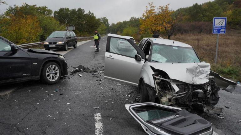 Двама души пострадаха при тежка катастрофа до хасковското село Козлец.