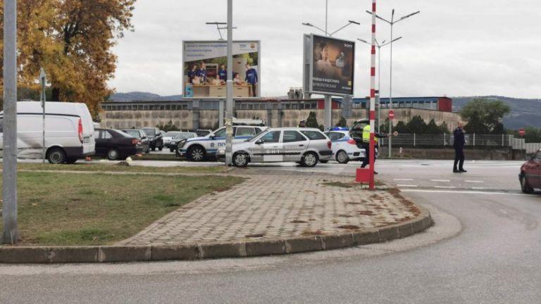 Кола удари 11-годишно момиче, докато пресича пешеходна пътека заедно с