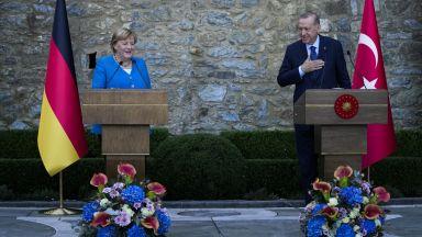 Ердоган пред Меркел: Расизмът и ислямофобията остават основен проблем за турците
