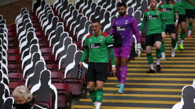 Куриоз в Белфаст: Вратар скочи да бие бранител след допуснат гол