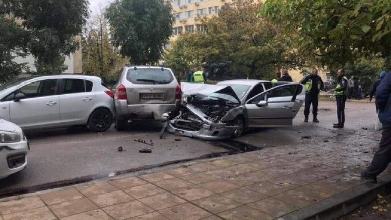 48-годишен шофьор блъсна две патрулки и три паркирани коли в