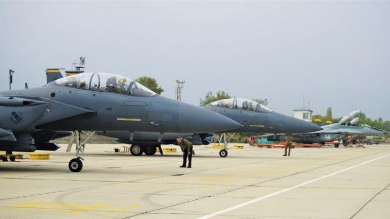 Екипажи на F-15E се пребазираха в авиобаза Граф Игнатиево за