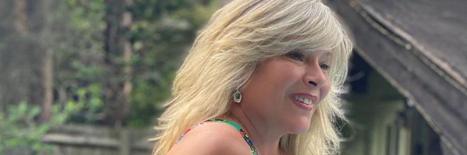 Саманта Фокс се сбогува с лятото край речен бряг в норвежко село