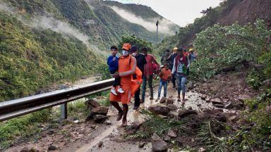 Поне 116 души в Индия  и Непал са загинали при  наводнения и свлачища