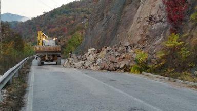 Поредно срутище в Искърското дефиле, скали паднаха край Елисейна (снимки)