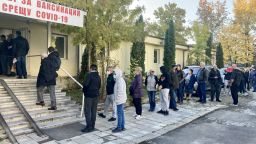 Опашки за ваксини се извиха в София, Варна и Пловдив (снимки)
