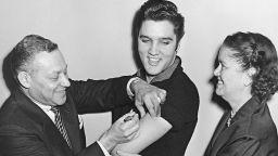 След хиляди починали и осакатени деца: Елвис Пресли се ваксинира по телевизията