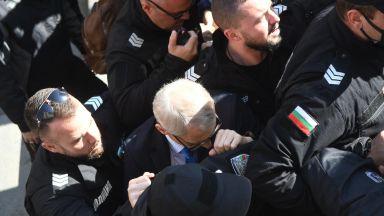 Протести и напрежение в София и страната, нападнаха министър Денков (видео)