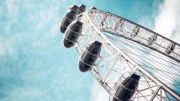 Йога в небето: Лондонското око се сдоби с йога студио на 135 м (видео)