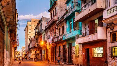 Хавана в 22 снимки: стари коли, музика и баби по балконите