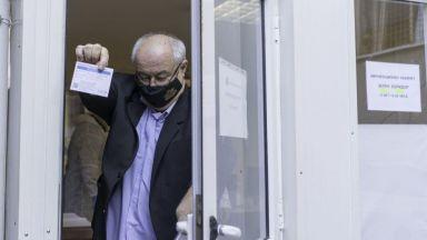 Асен Личев и 38 служители на МОСВ се ваксинираха срещу Covid (снимки)