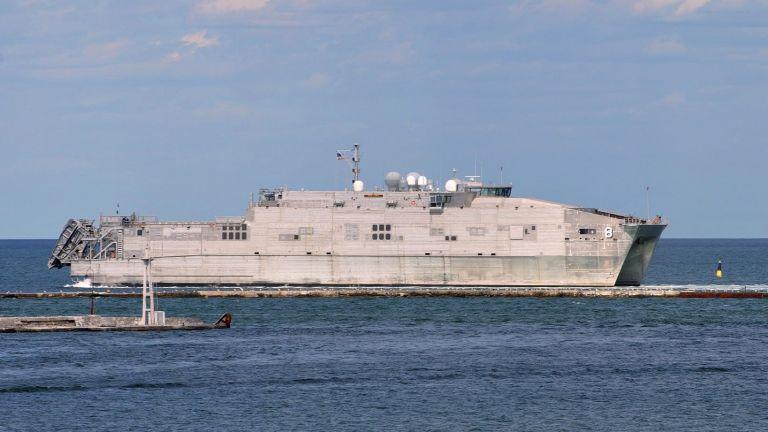 Свръхмодерен американски военен кораб акостира на гръцкото пристанище в Александруполис.