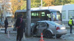 Шофьор е в кома след троен сблъсък - в бус, кола и стълб