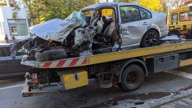 Шофьор е в кома след троен сблъсък - в бус, кола и стълб (снимки)