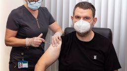Делян Пеевски и Йордан Цонев се ваксинираха с трета бустерна доза (снимки)