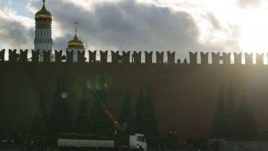 Затвориха Червения площад в Русия заради рухнало скеле от стената на Кремъл (видео)