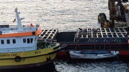 """Стотици тонове тор вече са разтоварени от """"Вера Су"""": Играе се баржа за баржа"""