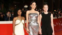 Джоли блести във Versace, Шайло за първи път с рокля