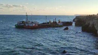 """Корабът """"Вера Су"""" изплава, започна операцията по изтеглянето му (видео)"""