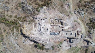 Над 50 рисунки-графити отпреди 700 години откриха в замъка на град Русокастро