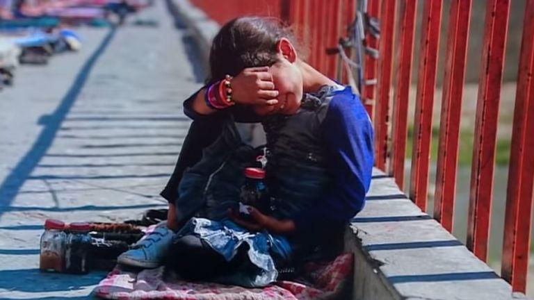 Отчаяни родители продават децата си в Афганистан заради глада (видео)
