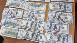Митничари на Лесово иззеха недекларирани 200 000 долара