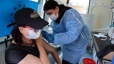 След смъртта на родилка и близнаците й: Опашка за ваксини в родното й село